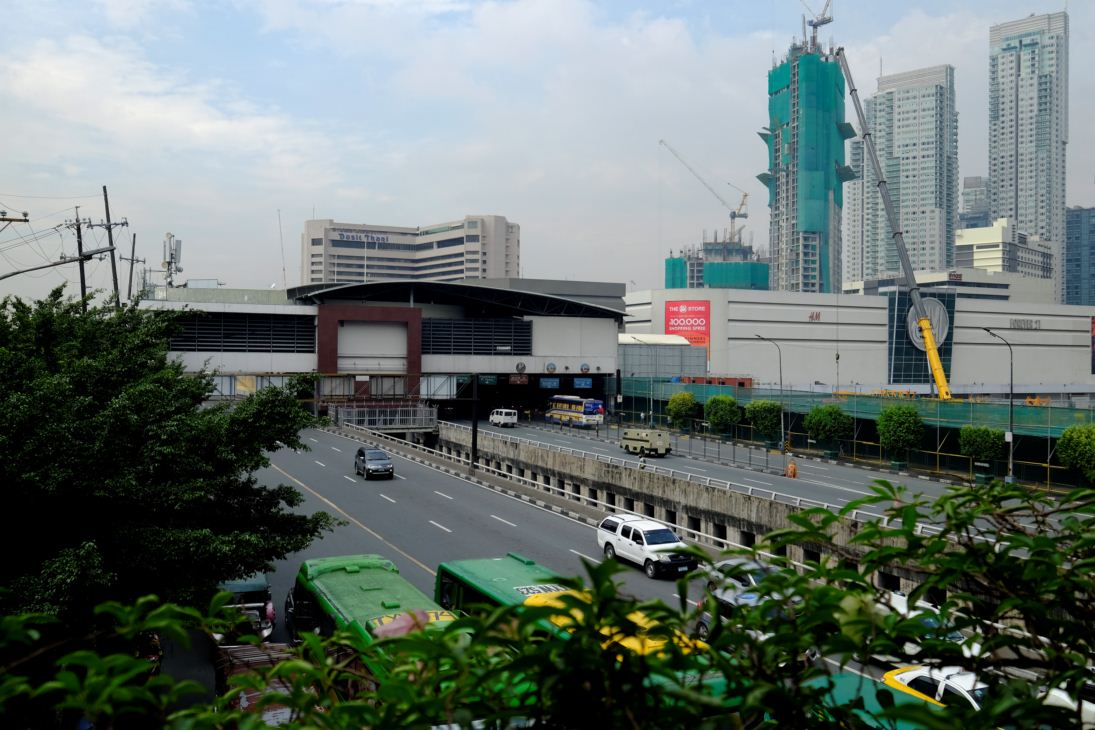 The Ayala MRT station is atop the EDSA northbound lane, train tracks, and southbound lane. The available clear sidewalk width for pedestrians are bound by the welded wire fences, some landscaping, and steel construction board-ups.